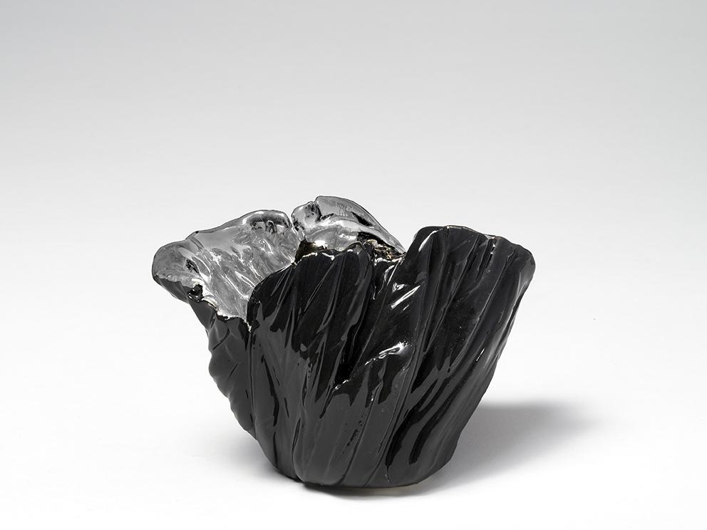Vaso, 2018, terracotta pinta con ingobbio, platino a terzo fuoco, foto di Paolo Vandrasch